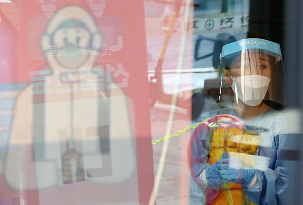 불볕더위가 계속되는 가운데 서울 동작구 보건소 선별진료소에서 얼음조끼를 입은 의료진이 분주하게 움직이고 있다. (사진=저작권자(c) 연합뉴스, 무단 전재-재배포 금지)