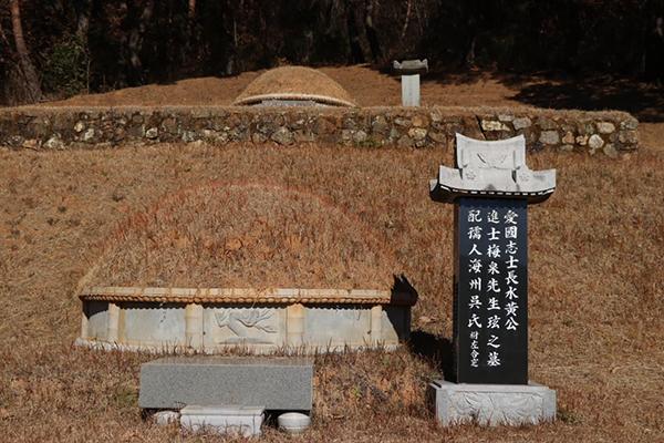 광양시 봉강면 석사리에 있는 매천 황현의 묘소. 그가 태어난 이곳에는 생가와 매천역사공원이 조성되어 있다.