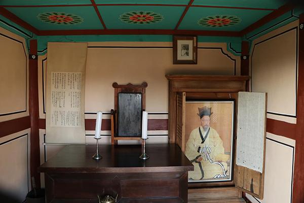 경술국치 열흘 뒤에 절명하여 조선의 마지막 선비로 불리는 매천 황현의 위패와 초상이 모셔진 사당 내부.