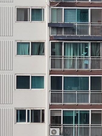 아파트 베란다에 태양광 발전 패널을 설치했다.