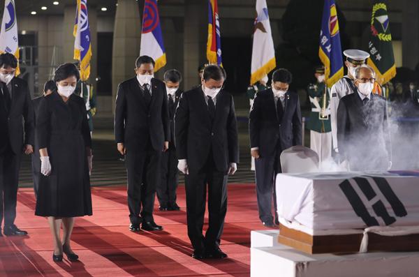 문재인 대통령이 15일 일제강점기 봉오동 전투 승리를 이끈 홍범도 장군의 유해 봉환식이 열린 서울공항에서 홍범도 장군의 유해에 분향하고 묵념하고 있다. (사진=저작권자(c) 연합뉴스, 무단 전재-재배포 금지)