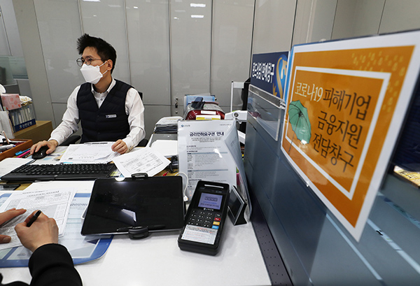 서울 중구 신한은행 남대문점에서 한 직원이 코로나19로 피해를 입은 한 소상공인의 대출 신청을 받고 있다.(사진=저작권자(c) 연합뉴스, 무단 전재-재배포 금지)