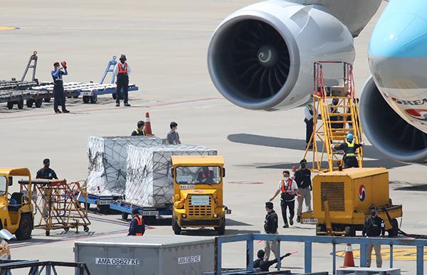 지난 7일 오후 영종도 인천국제공항 화물터미널에서 관계자들이 모더나 백신 130만3000회분을 옮기고 있다. (사진=저작권자(c) 연합뉴스, 무단 전재-재배포 금지)