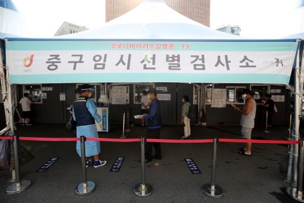 코로나19 확산세가 이어지고 있는 17일 오전 서울역 임시선별검사소를 찾은 시민들이 검사를 받기 위해 대기하고 있다.