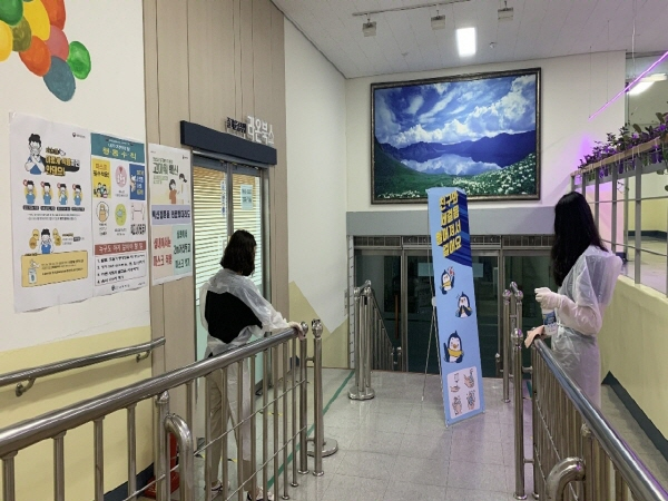 학교 방역요원들이 수시로 학교 시설을 소독하고 있다.