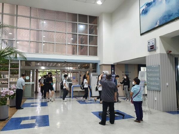 아침 등교 지도에 투입된 교사들이 학생들의 건강상태를 체크하고 있다.