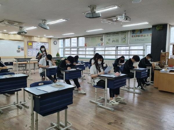 교실에서는 철저한 마스크 착용과 매시간 환기로 학생들간 감염을 예방한다.