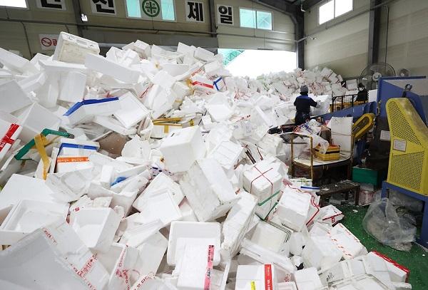 지난?1월 21일 경기도?용인시 재활용센터에서 코로나19관련 비대면 소비 활동으로 많아진 재활용 쓰레기를 분류해서 재활용품으로 정리하는 작업이 이뤄지고 있다.(사진=문화체육관광부 국민소통실)
