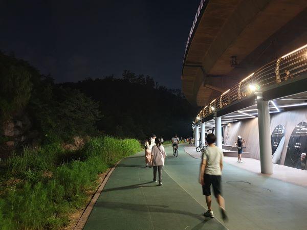 홍제천을 산책하면서 공공미술 작품을 감상할 수 있다.