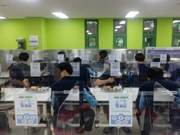 급식실에서 학생들이 칸막이를 사이에 두고 식사를 하고 있다.(사진=백운중 제공)