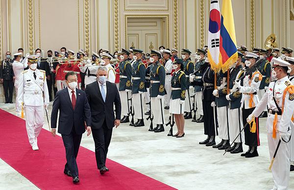 문재인 대통령이 25일 청와대 영빈관에서 열린 이반 두케 마르케스 콜롬비아 대통령 방한 공식환영식에서 두케 대통령과 의장대를 사열하고 있다. (사진=청와대)
