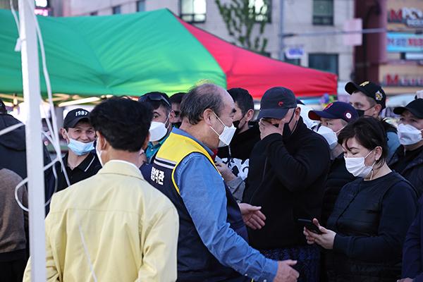 박흥석 강릉시 교2동 통장협의회장(가운데 노란 조끼)이 선별진료소에서 시민들을 안내하고 있다. (사진=행정안전부)