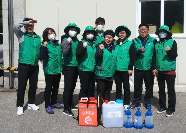 새마을지도자 강릉시강남동협의회 전승원 씨(오른쪽 두번째)와 동료들. (사진=행정안전부)