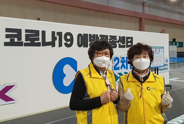 춘천시 자원봉사센터 김봉자 씨(왼쪽)가 코로나19 예방접종센터에서 동료와 함께 있다. (사진=행정안전부)