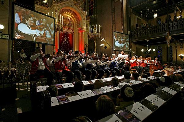 지난 2007년 8월 헝가리 부다페스트에서 열린 제10회 유대교 여름축제에서 100명의 집시 오케스트라 단원들이 공연을 선보이고 있다. (사진=저작권자(c) EPA/ZSOLT SZIGETVARY HUNGARY OUT/연합뉴스, 무단 전재-재배포 금지)