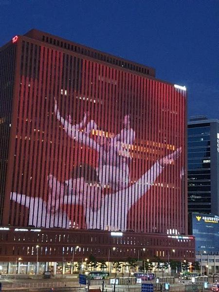 서울역 맞은 편 고층 건물 외벽에서 미디어파사드를 볼 수 있다.