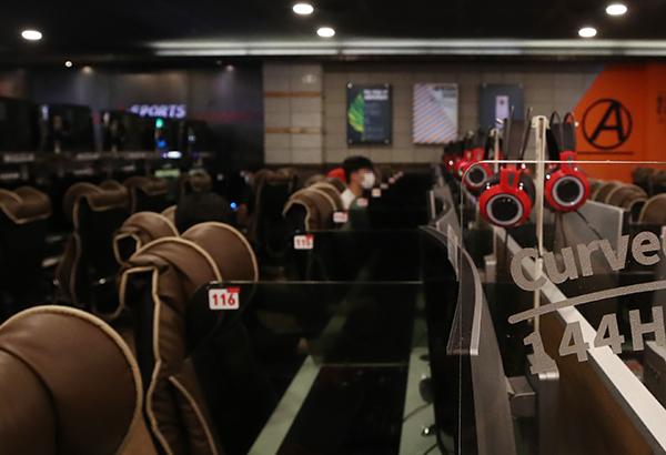 서울 성북구 한 PC방에서 시민들이 마스크를 쓴 채 게임을 하고 있다. (사진=저작권자(c) 연합뉴스, 무단 전재-재배포 금지)