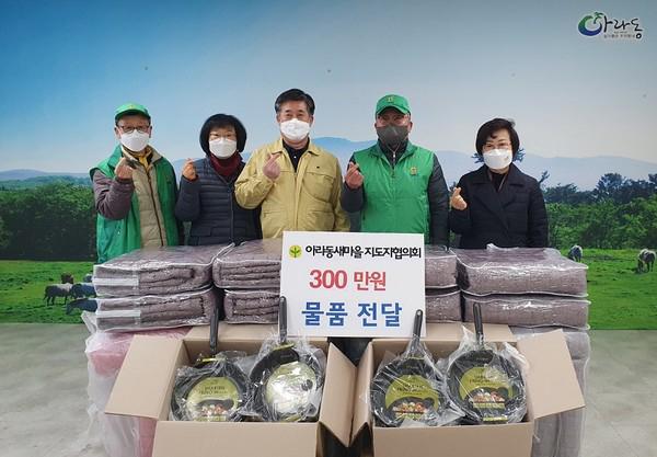 코로나19 취약계층에 300만 원 상당의 생필품 120세트를 기탁한 새마을지도자 제주 아라동협의회 김창현 씨(오른쪽 두번째)와 회원들. (사진=행정안전부)