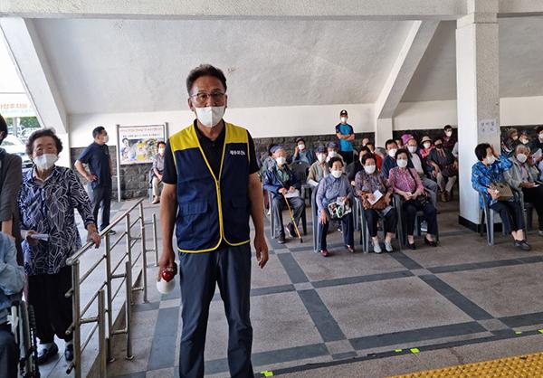 지역의 백신접종 추진 시 자원봉사를 펼친 김보홍 제주 조천읍 주민자치위원회 위원장. (사진=행정안전부)