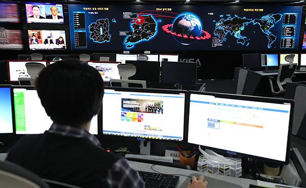 사이버 위기 대응 모의훈련에서 한 관계자가 악성사이트 차단 현황 등을 살피고 있다. (사진=저작권자(c) 연합뉴스, 무단 전재-재배포 금지)