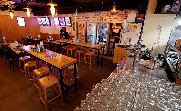 수도권 사회적 거리두기 조치가 4주간 연장된 가운데 6일부터 수도권 식당과 카페의 영업시간 제한은 오후 9시에서 10시로 1시간 늦춰진다. (사진=저작권자(c) 연합뉴스, 무단 전재-재배포 금지)
