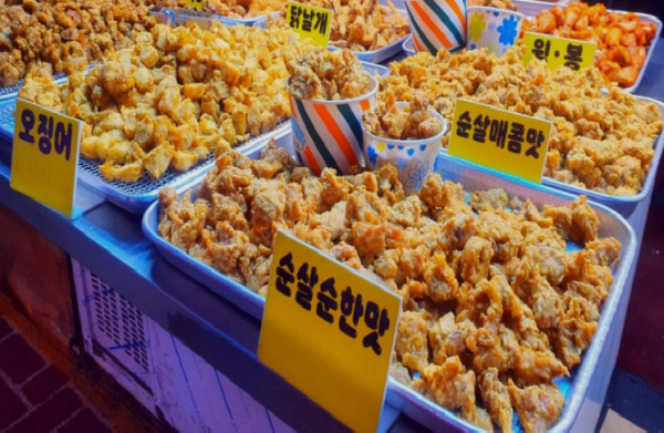 저렴하고 맛깔난 먹을거리는 전통시장 쇼핑의 큰 즐거움이다.