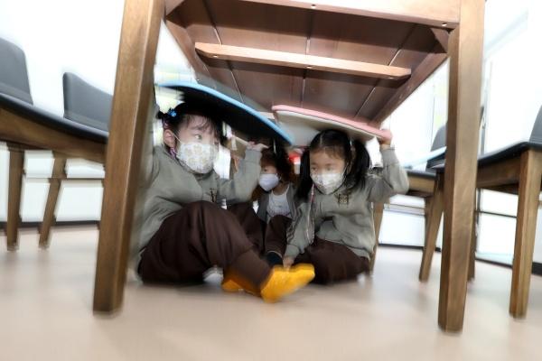 대구유아교육진흥원 안전체험관을 찾은 유치원생들이 지진 안전체험을 하고 있다.(사진=저작권자(c) 뉴스1, 무단 전재-재배포 금지)