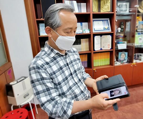 석민군 아버지 강호 씨는 핸드폰을 꺼내 아들의 의젓한 사진을 보여줬다.