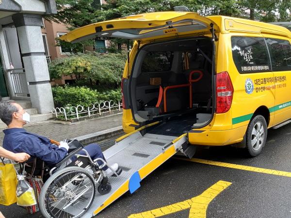 뇌출혈로 장애인이 된 형이 장애인 콜택시를 통해 이동권을 보장받는다니 안심이 된다.