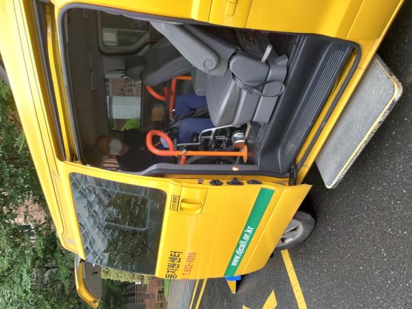 장애인 탑승 후 이동간 휠체어가 움직이지 않도록 고정 후 이동한다.