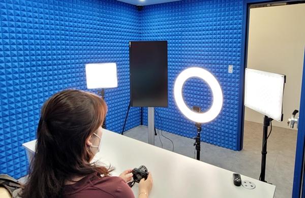 뷰티 스튜디오에서 유튜브 방송을 진행할 수 있다. 설비 환경이 좋다.