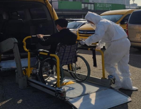 장애인 콜택시는 보행상 장애가 있는 장애 정도가 심한 장애인이 이용할 수 있다.