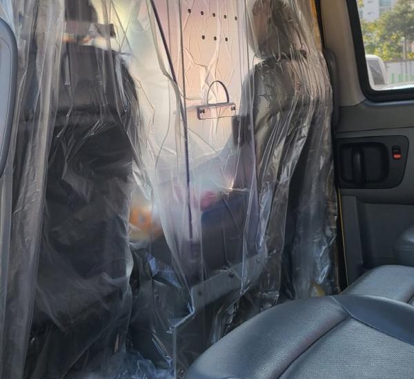 운전석과 탑승석이 비닐 가림막으로 구분된 코로나 전담반 콜택시.