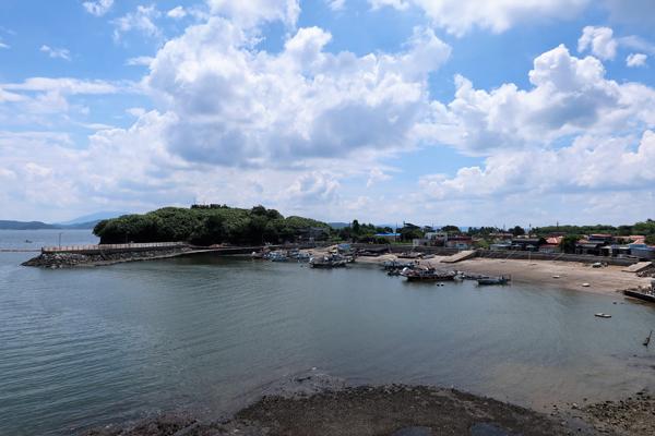 죽도선착장과 마을, 왼쪽은 '동바지' 조망대.