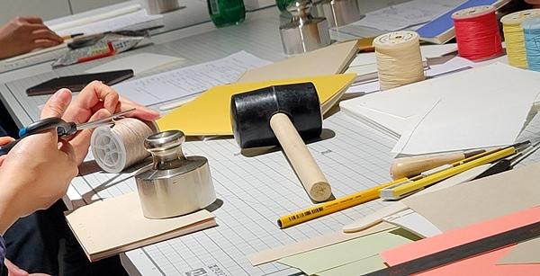 망치, 왁스, 다양한 풀과 뼈로 만든 도구 등 한권의 책을 만들기 위해 쓰이는 용품은 무척 많았다.