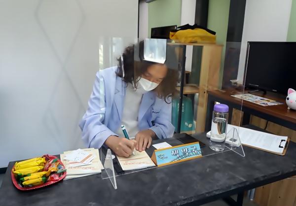 김현 작가가 알맞은 책을 처방하고 있다.