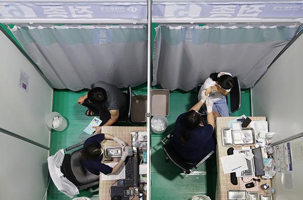 서울 서대문구 북아현문화체육센터에 마련된 코로나19 예방접종센터에서 시민들이 백신을 맞고 있다. (사진=저작권자(c) 연합뉴스, 무단 전재-재배포 금지)