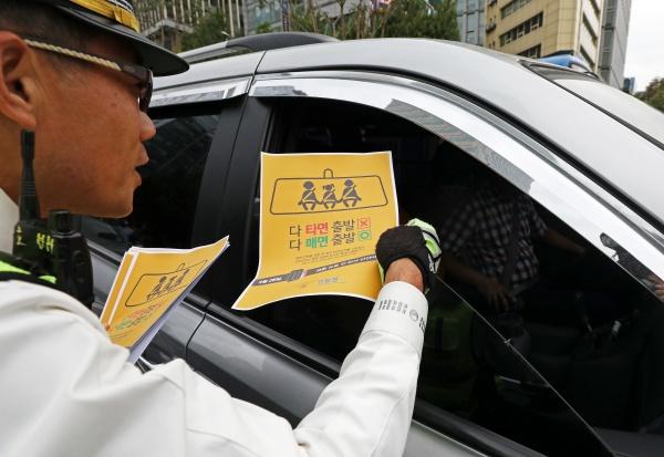전 좌석 안전벨트 착용 의무화 시행 첫 날, 종로경찰서 경찰관들이 전 좌석 안전띠 착용 의무화 홍보 및 계도 활동을 벌이고 있다.(사진=저작권자(c) 뉴스1, 무단 전재-재배포 금지)