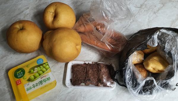 동네에서 구매한 과일과 채소, 먹거리들.