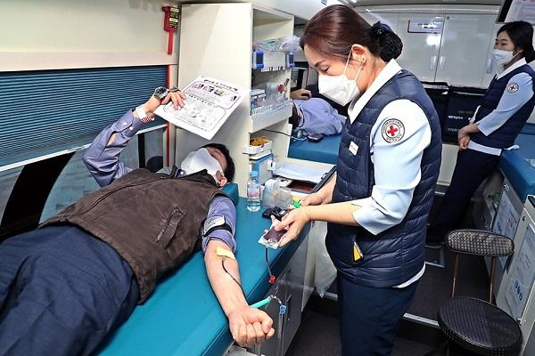 행정안전부 직원들이 코로나19 사태 장기화에 따른 혈액 공급 부족 문제를 지원하기 위해 세종특별자치시 행정안전부 본관과 별관 청사에서 단체헌혈을 하고 있는 모습.