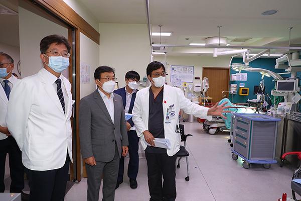 지난 15일 추석 연휴를 앞두고 응급의료 현장을 방문한 권덕철 보건복지부 장관. (사진=보건복지부)