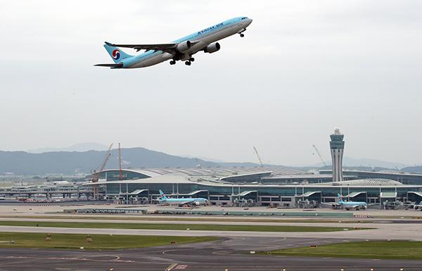 인천국제공항 제4활주로 운영이 개시된 지난 6월 17일 영종도 인천공항에서 여객기가 4활주로를 이륙하고 있다.(사진=저작권자(c) 연합뉴스, 무단 전재-재배포 금지)