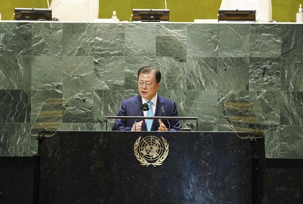 문재인 대통령이 20일(현지시각) 뉴욕 유엔본부 총회장에서 열린 제2차 SDG Moment(지속가능발전목표 고위급회의) 개회식에서 발언하고 있다.  (사진=저작권자(c) 연합뉴스, 무단 전재-재배포 금지)