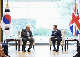 문재인 대통령이 20일(현지시각) 뉴욕 주유엔대표부 양자회담장에서 보리스 존슨 영국 총리와 정상회담을 하고 있다. (사진=청와대)