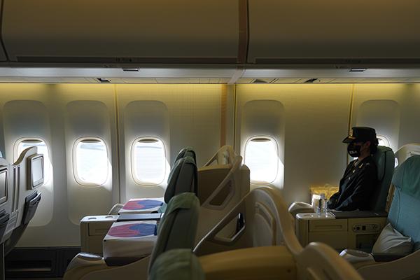 22일(현지시간) 미국 히캄 공군기지 19번 격납고에서 열린 한미 유해 상호 인수식에서 인수된 유해가 공군1호기 좌석에 안치 되어 있다. (사진=저작권자(c) 연합뉴스, 무단 전재-재배포 금지)
