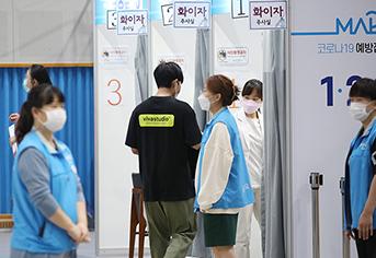 서울 마포구민체육센터에 마련된 코로나19 예방접종센터에서 관계자들이 시민들을 접종실로 안내하고 있다. (사진=저작권자(c) 연합뉴스, 무단 전재-재배포 금지)