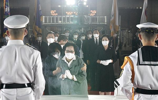 23일 밤 서울공항에서 열린 국군 전사자 유해 봉환식에서 고 김석주 일병 유족이 오열하고 있다. (사진=청와대)