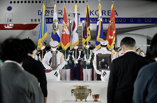 방미 일정을 마치고 귀국한 문재인 대통령과 김정숙 여사가 23일 밤 서울공항에서 열린 국군 전사자 유해 봉환식에서 묵념을 하고 있다. (사진=청와대)
