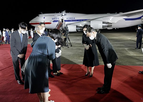 방미 일정을 마치고 귀국한 문재인 대통령과 김정숙 여사가 23일 밤 서울공항에서 열린 국군 전사자 유해 봉환식을 마치고 국군 전사자 유족을 위로하고 있다. (사진=청와대)