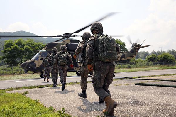 정부는 군복무 청년에 대한 보상체계도 강화한다. 사진은 육군73사단 수색대대 장병들이 급속 헬기로프 하강훈련을 하고 있는 모습.(사진=국방부)